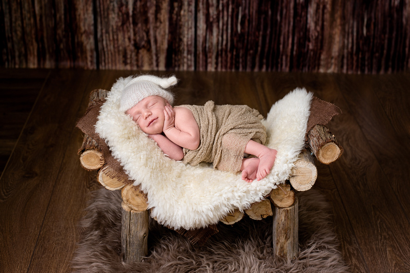 Montreal newborn photographer Tanis Saucier with a 9 days new baby boy
